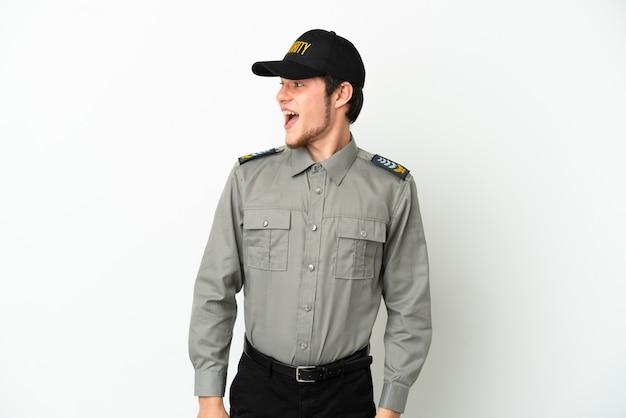 Молодой человек службы безопасности россии, изолированные на белом фоне глядя сторону