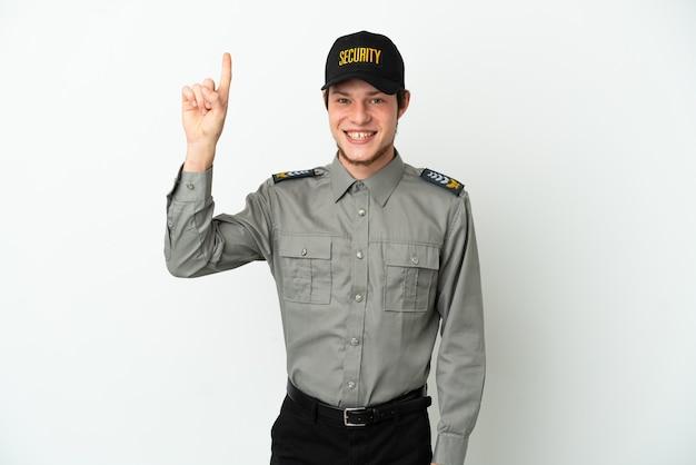 Молодой российский охранник изолирован на белом фоне, указывая на отличную идею