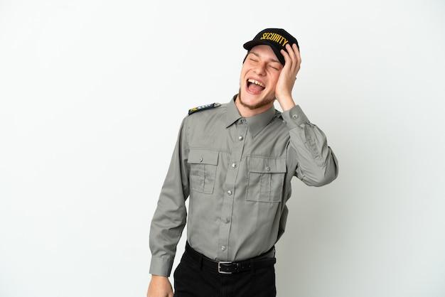 Молодой российский охранник изолирован на белом фоне, много улыбаясь