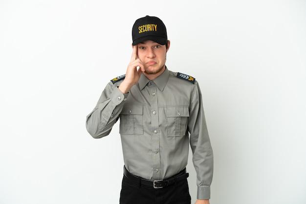 Молодой российский охранник изолирован на белом фоне, думая об идее
