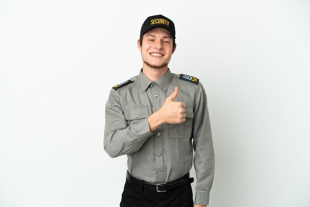 親指を立てるジェスチャーを与える白い表面に隔離された若いロシアの警備員