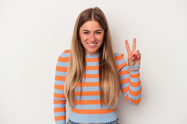 指で平和のシンボルを示す楽しくてのんきな白い背景で隔離の若いロシアの女性。