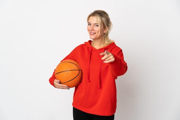 バスケットボールをし、正面を指して白い背景で隔離の若いロシアの女性