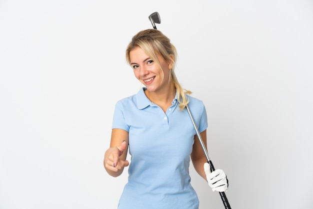 Молодая русская женщина изолирована на белом фоне, играя в гольф и указывая на фронт
