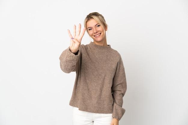Молодая русская женщина изолирована на белом счастливой и считает четыре пальцами