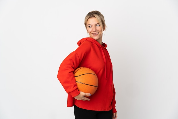 흰색 농구에 고립 된 젊은 러시아 여자
