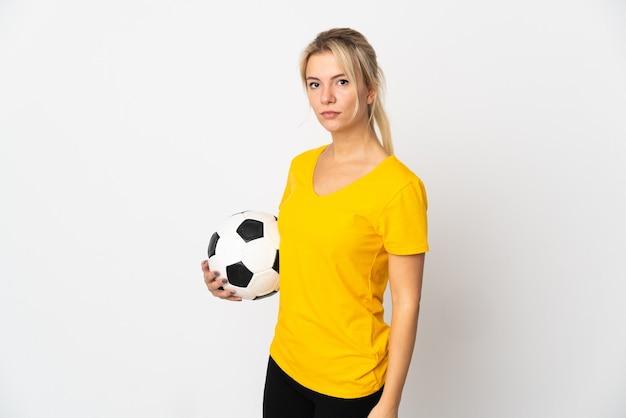 Молодая русская женщина, изолированная на белом с футбольным мячом