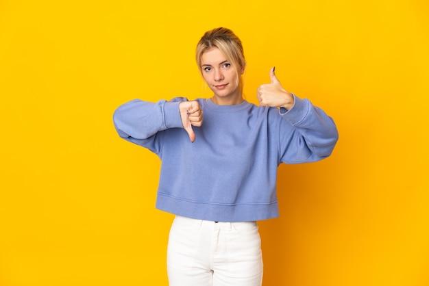 Молодая русская женщина, изолированные на желтом фоне, делая знак