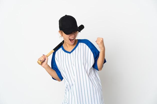 勝利を祝って白い背景で隔離の野球をしている若いロシアの女性
