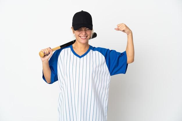 Молодая русская женщина играет в бейсбол на белом фоне, делая сильный жест