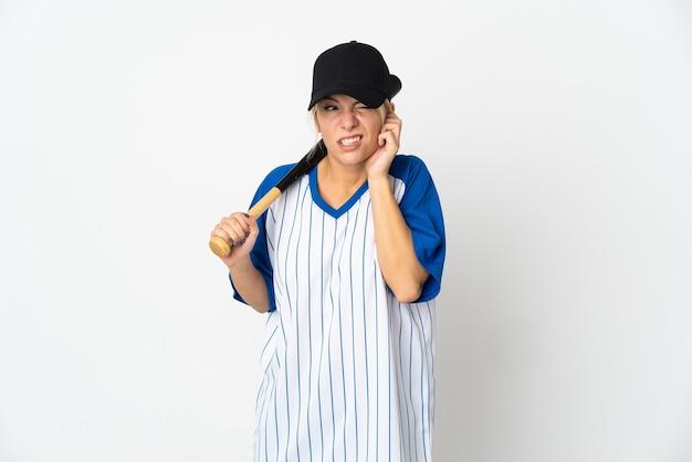 야구 젊은 러시아 여자는 좌절과 귀를 덮고 흰색 배경에 고립