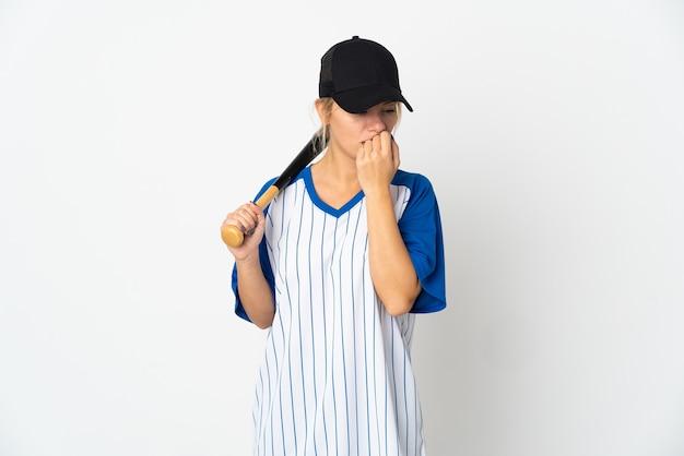 Молодая русская женщина играет в бейсбол на белом фоне с сомнениями