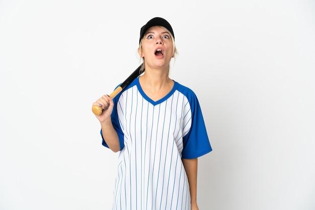 Молодая русская женщина играет в бейсбол на белом фоне, глядя вверх и с удивленным выражением лица