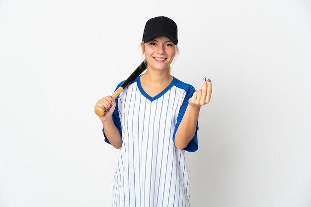 Молодая русская женщина играет в бейсбол, изолированные на белом фоне, делая денежный жест