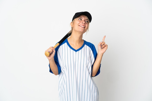 Молодая русская женщина играет в бейсбол на белом фоне, указывая на отличную идею