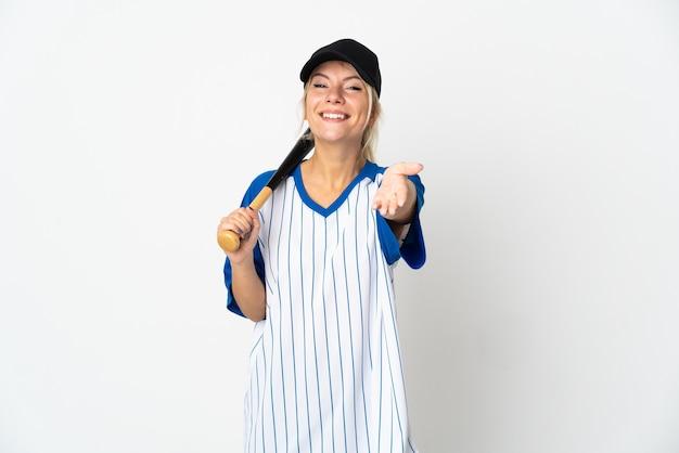 Молодая русская женщина играет в бейсбол на белом фоне, пожимая руку для заключения хорошей сделки