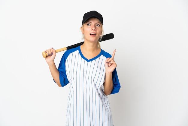 Молодая русская женщина играет в бейсбол на белом фоне, думая об идее, указывая пальцем вверх