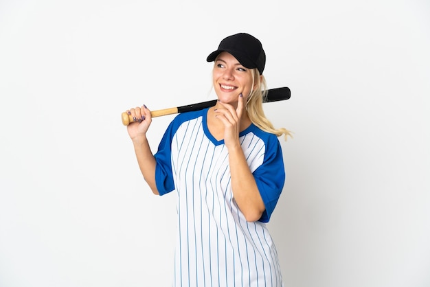 Молодая русская женщина играет в бейсбол на белом фоне, думая об идее, глядя вверх