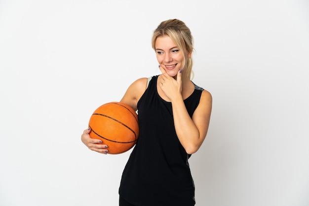 측면을 찾고 웃 고 흰색 배경에 고립 농구 젊은 러시아 여자