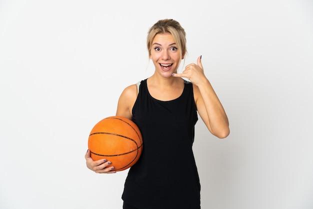 電話ジェスチャーを作る白い背景で隔離のバスケットボールをしている若いロシア人女性。コールバックサイン