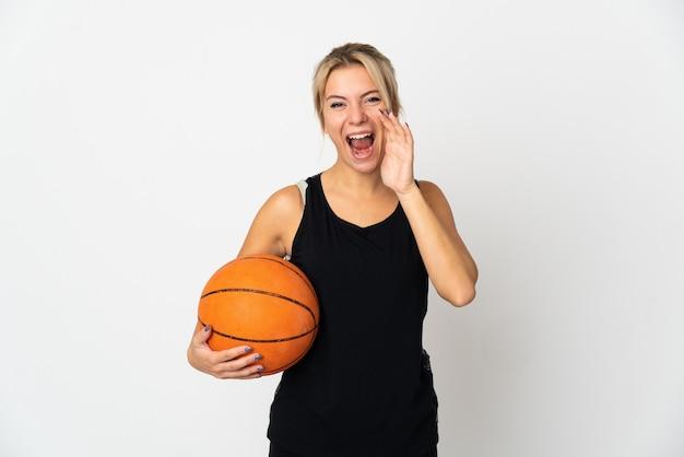 입 벌리고 외치는 흰색 배경에 고립 농구 젊은 러시아 여자
