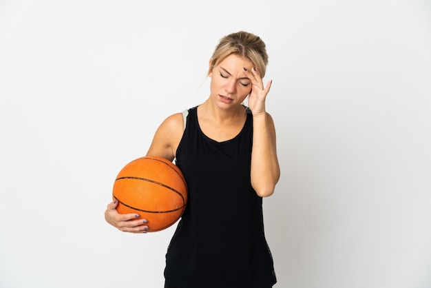 두통과 흰색 배경에 고립 된 농구 젊은 러시아 여자