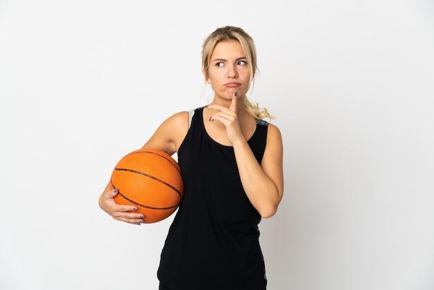 젊은 러시아 여자 농구를 찾는 동안 의심을 갖는 흰색에 고립
