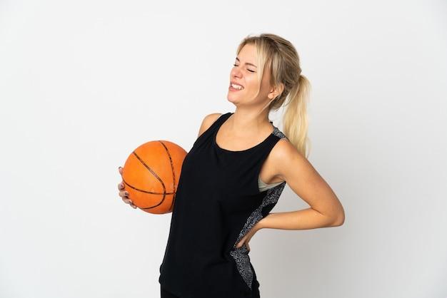 농구를하는 젊은 러시아 여자는 노력을 한 데 대한 요통으로 고통받는 흰색에 고립