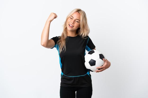 勝利を祝って白で隔離のサッカーをしている若いロシアの女性