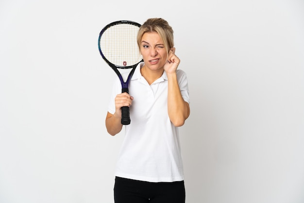 좌절 하 고 귀를 덮고 흰색 배경에 고립 된 젊은 러시아 여자 테니스 선수
