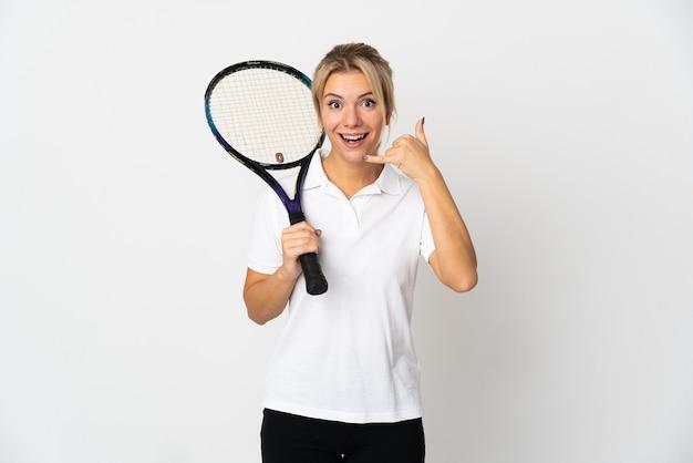電話ジェスチャーを作る白い背景で隔離の若いロシアの女性テニスプレーヤー。コールバックサイン