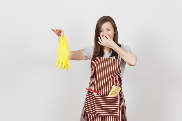 Молодая грустная расстроенная, усталая шокированная домохозяйка в полосатом фартуке с тряпкой для чистки в изолированном кармане