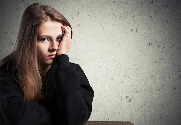 背景の若い悲しい女性