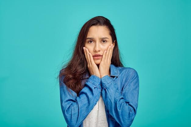 젊은 무서워 여자 초상화, 파란색 벽, 부정적인 감정