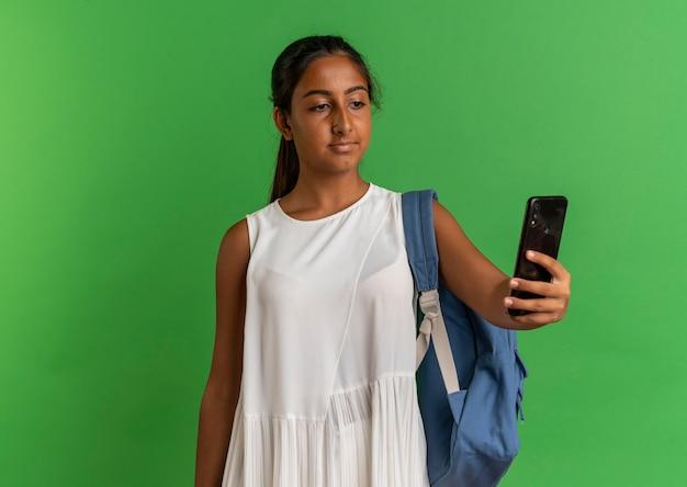 다시 가방을 들고 녹색에 전화를보고 젊은 여학생
