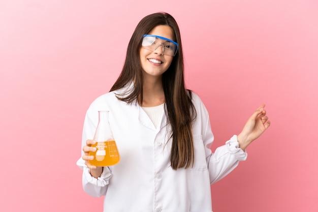다시 가리키는 격리 된 분홍색 배경 위에 과학 소녀