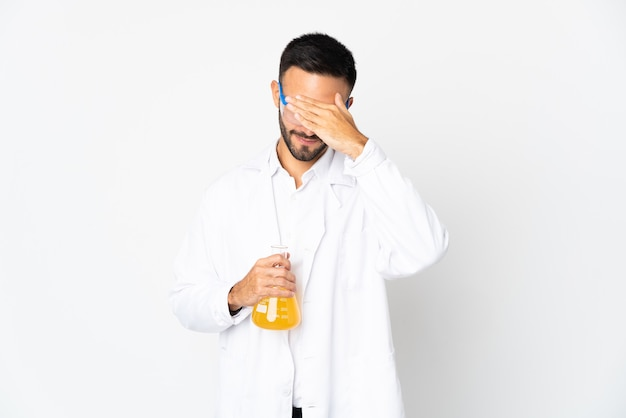 手で目を覆っている白い背景で隔離の若い科学者。何かを見たくない