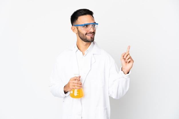 素晴らしいアイデアを指している白い背景に分離された若い科学者