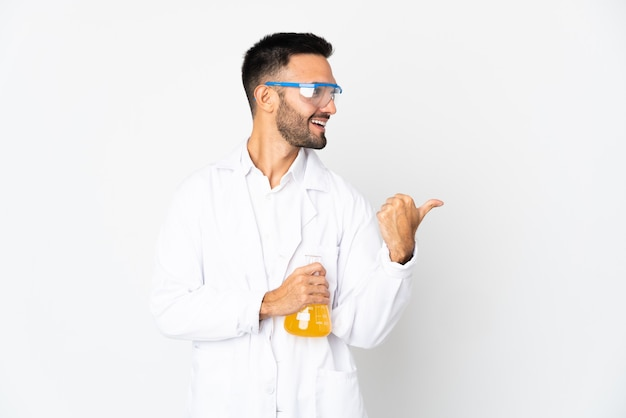 製品を提示する側を指している白い壁に孤立した若い科学者