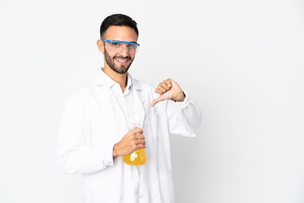 誇りと自己満足の白い壁に孤立した若い科学者