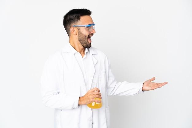 横を見ながら驚きの表情で白い壁に孤立した若い科学者