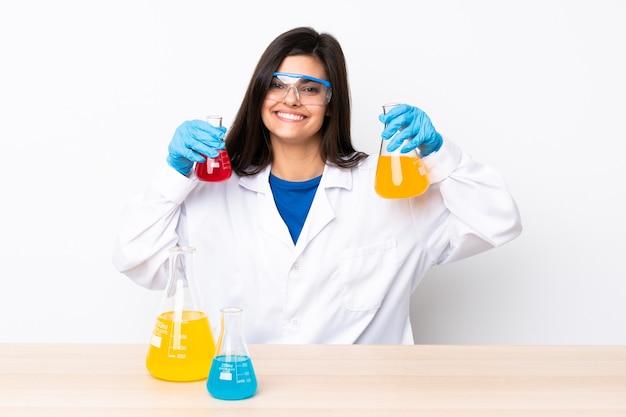 Молодая научная женщина в таблице