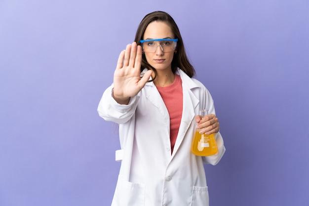 Молодая научная женщина над изолированной делает стоп-жест