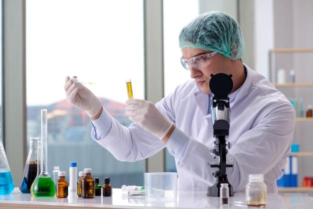 Молодой ученый работает в лаборатории