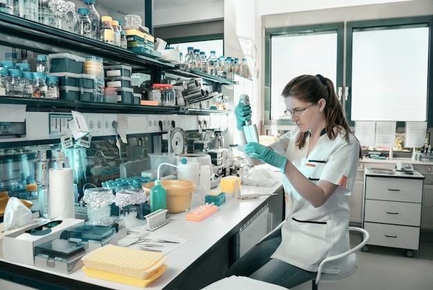 현대 실험실에서 작동하는 젊은 과학자 프리미엄 사진