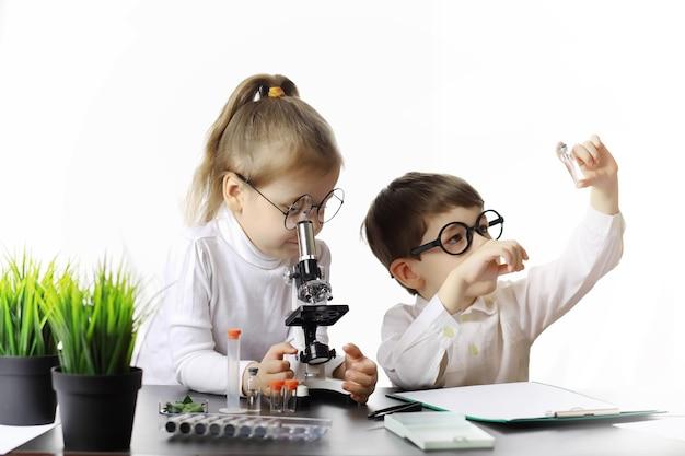 若い科学者の化学者。子供の職業指導。職業の選択。医者、実験助手、化学者。
