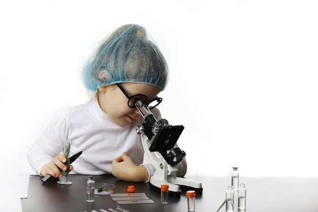 Молодые ученые-химики. профориентация детей. выбор профессии. врач, лаборант, химик.