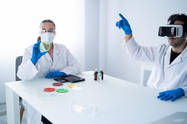 Молодые ученые, работающие в современной лаборатории