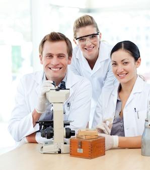 현미경을 사용하는 젊은 과학자