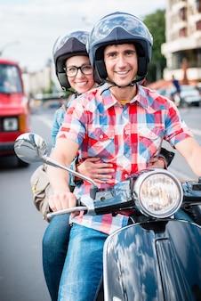 ベルリンミッテの街で若いスクータードライバー